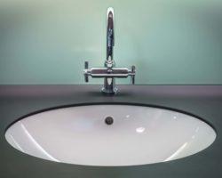 jakie sprzęty do łazienki wybrać? - rodzaje umywalek