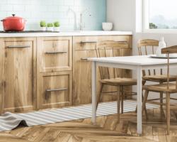 Podłoga drewniana w salonie z kuchnią, anek kuchnenny, podłoga drewniana w kuchni plusy i minusy