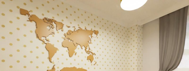 żółto szary pokój dziecięcy z motywem mapy świata ze sklejki